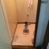 古い便器を外し排水管を新しい便器に合わせます